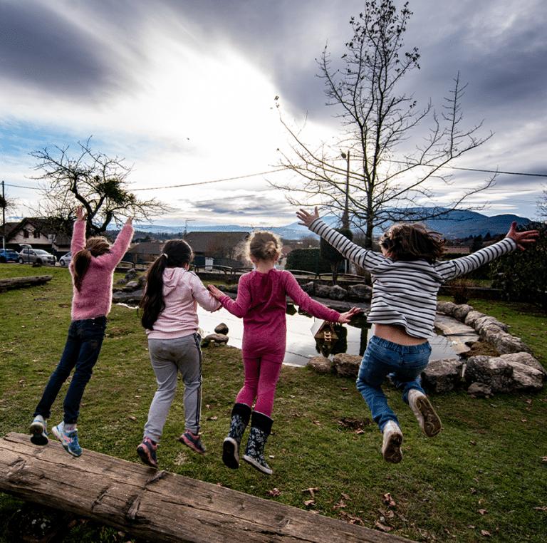 Enfants dans l'espace extérieur du centre de loisirs