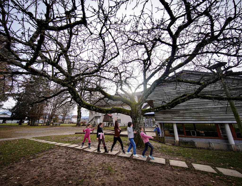 Enfants marchant dehors